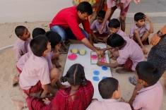 Profesor y grupo de alumnos en una de las prácticas.