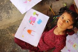 Niña dibujando. Center for Speech & Hearing Impaired Children de Bukkaraya Samudram, en Anantapur, India)