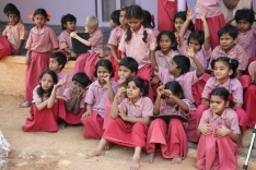 Las niñas celebran la obra de una compañera. Center for Speech & Hearing Impaired Children de Bukkaraya Samudram, en Anantapur, India)