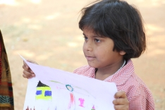 Niña muestra su dibujo a las compañeras. Center for Speech & Hearing Impaired Children de Bukkaraya Samudram, en Anantapur, India)