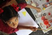 Regalos recíprocos por parte de las niñas del Center for Speech & Hearing Impaired Children de Bukkaraya Samudram, en Anantapur, India)